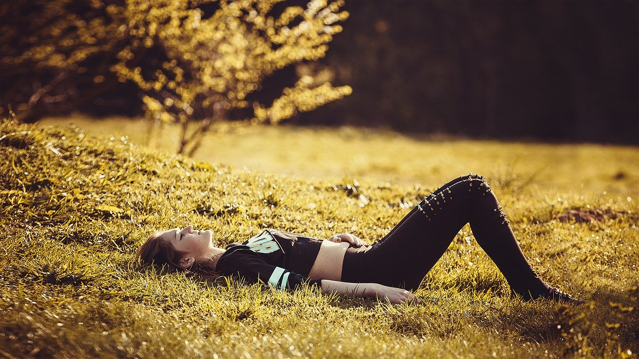 girl-lying-on-the-grass-1741487_1280